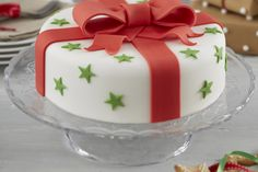 How are you going to decorate your Christmas cake? A Christmas cake is a fruitcake that is specially made in many countries all over the world for Christmas Cake Designs, Christmas Cake Decorations, Christmas Cupcakes, Christmas Sweets, Holiday Cakes, Christmas Baking, Christmas Present Cake, Xmas Cakes, Mini Cakes