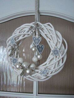 Vánoční závěs na dveře Winter Christmas, Christmas Home, Christmas Bulbs, Diy And Crafts, Christmas Crafts, Navidad Diy, Diy Weihnachten, Outdoor Christmas Decorations, Holiday Wreaths