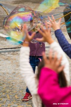 Kids playing with soap bubbles. ANIA W PODRÓŻY travel blog and photography