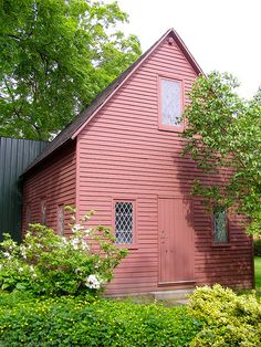 Quaker meetinghouse circa 1688 at the Peabody-Essex Museum in Salem,Massachusetts. New England States, New England Homes, Salem Mass, Red Houses, Colonial America, Colonial Williamsburg, Haunted Places, Historic Homes, New Hampshire