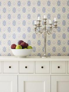 Weiße Möbel werden häufig mit blau-weiß-gemusterten Stoffen oder Tapeten kombiniert. #homestory #homestoryde #home #interior #design #inspiring #scandinavian #table #decoration #living