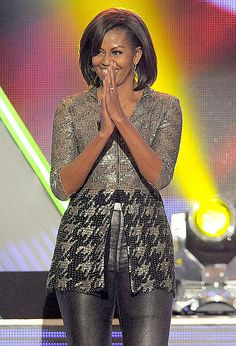 Fab outfit for First Lady Michelle Obama @ the Kids Choice Awards 2012 Great outfit for her short waist Sometimes she wears a belt at waist & it is NOT good, but here she looks stunning! Michelle Obama Fashion, Barack And Michelle, Fit Black Women, Black Girls Rock, Barack Obama Family, Malia Obama, Kids Choice Award, Choice Awards, American First Ladies