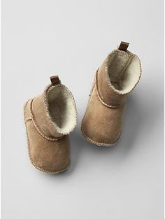 Shop baby girl shoes at Gap and find cute sandals, flats, booties and sneakers. Find a variety of sizes and styles of adorable baby shoes. Little Boy Fashion, Toddler Fashion, Kids Fashion, Old Navy Kids, Cute Baby Shoes, Girl Closet, Holiday Outfits, Holiday Clothes, Little Fashionista