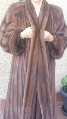 1500,00€ · Abrigo de lomos de visón · Vendo abrigo de lomos de visón. Largo hasta el tobillo. Talla desde una 40 hasta una 44. Es muy amplio. Color camel. Muy poco uso, totalmente nuevo. Vendo muy por devajo de su valor porque me urge. · Moda y complementos > Ropa de mujer > Abrigos y chaquetas de mujer > Abrigos de mujer > Abrigos de visón de mujer