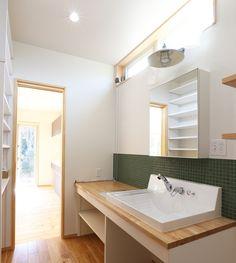 一日の中で、家の中で一番出入りが激しいのはリビング・洗面脱衣室・トイレと言われています。 中でも、トイレやお風呂に繋がる動線上にある事が多い洗面脱衣室は、この家が快適で使いやすいかどうかがお客様にもすぐにわかってしまう空間です。 本日は洗面脱衣室にスポットを当て、快適で使いやすい洗面まわりのポイントをお伝えします。 洗面脱衣室の使用目的 それではまず、洗面脱衣室の使用目的について改めて考えてみましょう。 大きく分けると洗面脱衣室は、 A:手洗い、洗顔、化粧、洗濯など「水」や「鏡」を使用する場 B:お風呂に入る際の衣服の着脱の場、水回りに必要な備品の「収納」の場 以上のように2つの目的に分かれます。  このため、洗面脱衣室の住宅設備機器として、洗面化粧台や洗濯機を設置するケースがほとんどです。 家によっては、洗濯用の洗面ボウルがもう一つ設置されることもあります。 また、洗面脱衣室に洗濯物をちょっとかけておく物干しスペースを造る家などもよく見かけます。  実はこのA、Bの役割や使い方をよく考えておくことが快適な家づくりに役立つんです。 …