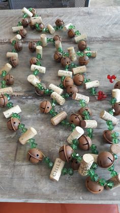 DIY wine cork Christmas garland decoration (With images) Wine Cork Projects, Wine Cork Crafts, Wine Cork Art, Wooden Crafts, Cork Christmas Trees, Christmas Holidays, Christmas Garlands, Rustic Christmas Tree Decorations, Wine Bottle Christmas Tree