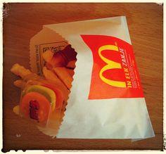 Traktatie, gemaakt van chipspatat, cola flesje (snoep) en hamburger (snoep)