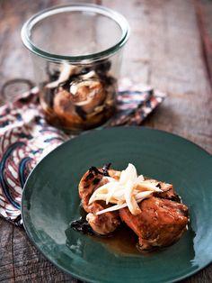 瓶に素材を入れて、鍋に入れてゆでて完成。鶏肉に浸みこんだ烏龍茶の香りを堪能|『ELLE a table』はおしゃれで簡単なレシピが満載!