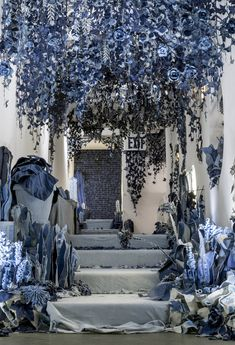 Artist Creates Secret Garden with the Last Denim Made in the USA 2019 Denim Art Secret Garden by Ian Berry traumhaft schön The post Artist Creates Secret Garden with the Last Denim Made in the USA 2019 appeared first on Denim Diy. Jean Crafts, Denim Crafts, Vitrine Jean, Recycle Jeans, Upcycle, Denim Kunst, Ian Berry, Denim Art, Denim Decor