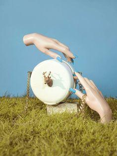 Tiny Trophy on Circular Handbags Spanish designer Carla Lopez imagined this range of audacious stylish handbags. Style Audacieux, Photo Maker, Fashion Still Life, Hand Flowers, Stylish Handbags, Estilo Retro, Model Look, Display Design, Creative Photos