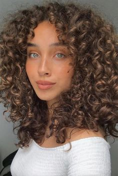 Shampoo For Curly Hair, Haircuts For Curly Hair, Curly Hair Tips, Curly Hair Care, Short Curly Hair, Curly Hair Styles, Curly Hair Colour Ideas, Cute Curly Hair, Girls With Curly Hair