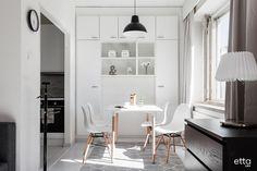 Ruokailutilan takaseinä on kauniisti hyödynnetty koko seinän täyttävällä kaapistolla, kaunista ja käytännöllistä #säilytystilaa #säilytysratkaisu #ruokailutila #ruokaryhmä #ruokapöytä #keittiö