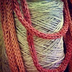 Collanina tubolare fatta a mano con seta tinta con color naturali...