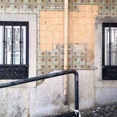 Hoje sou turista em Lisboa. Uma cidade que pouco conheço. Estava a andar e começo a reconhecer uns azulejos.. E estes buraquinhos. Ahhh afinal é aquela fachada onde amanhã já não vai ser a mesma  Boas coincidências.  Revelo as surpresas amanhã  Largo do Contador Mor perto do castelo de São Jorge. #preenchervazios  #azulejos #azulejo #tiles #arttiles #instazulejos #instatile  #p3 #art #artintervention #azulejosdeportugal #peoplecreatives #p3top #igersportugal #arteemfoco #tileaddiction…