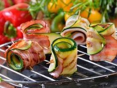 Cukiniowe roladki z boczkiem Vegetarian Recipes, Cooking Recipes, Healthy Recipes, Grill Party, Good Food, Yummy Food, Appetizer Salads, Appetizers, Food Plating