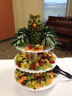Owl is made of two pineapples. Fruit Decorations, Food Decoration, Owl Centerpieces, Fruit And Veg, Fruits And Veggies, Vegetables, Cute Food, Good Food, Deco Fruit