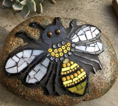 Mosaic Rocks, Stone Mosaic, Mosaic Pictures, Mosaic Garden, Rock Design, Garden Stones, Mosaics, Stepping Stones, Stained Glass