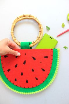 tutorial borsa cocomero in esclusiva sul Blog di Panini Tessuti by Antonella Palombizio! link all'articolo: https://www.tessutietendaggipanini.it/blog/tutorial-borsetta-fai-da-te-borsa-cocomero/