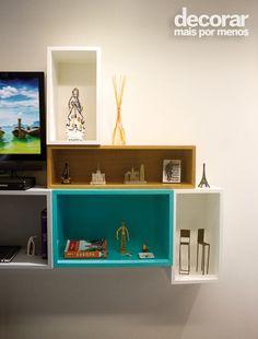 """Neste ambiente, os nichos foram pensados para """"esconder"""" a TV articulada e apoiar os elementos decorativos, como lembranças de viagens, livros e aparelhos eletrônicos. #DecorarMaisPorMenos Foto: André Nogal."""