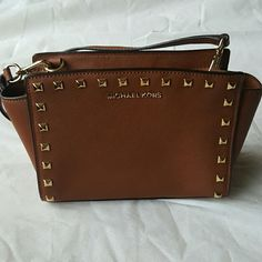 Authentic Michael Kors Crossbody 100% Authentic Michael Kors Medium sized Brown Crossbody with Gold Hardware. Very versatile bag with adjustable strap. Also has a key chain strap inside. Very good condition. No trades. Michael Kors Bags Crossbody Bags