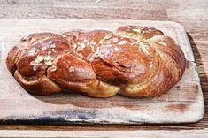 Τσουρέκι | Συνταγή | Argiro.gr Easter Recipes, My Recipes, Favorite Recipes, Greek Easter, Greek Desserts, Happy Foods, Food Categories, Holiday Baking, Bread Baking