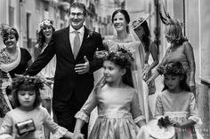 Padrino llevando del brazo a novia camino de la Basílica de Nuestra Señora del Socorro en Aspe