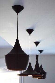 Detalle del juego de lámparas Tom Dixon en la cocina. Reforma de vivienda por ACGP_tedamosarquitectura