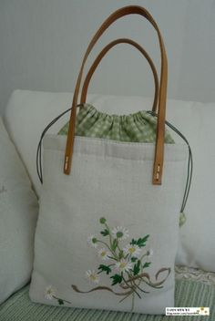 It is a linen bag ~ ♡ I love daisy bouquet … second re-made … - Patchwork Bags, Quilted Bag, Embroidery Bags, Art Bag, Linen Bag, Fabric Bags, Cute Bags, Handmade Bags, Bag Making