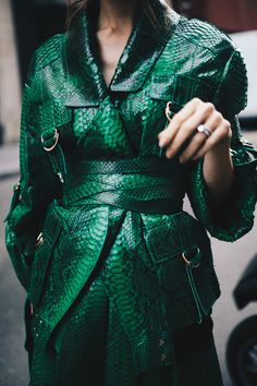 French Fashion Tips .French Fashion Tips Green Fashion, Look Fashion, Runway Fashion, High Fashion, Winter Fashion, Fashion Outfits, Fashion Design, Fashion Trends, Petite Fashion