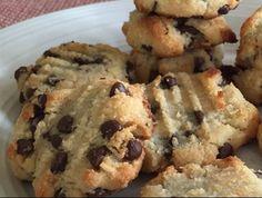 Lisztmentes, kókuszos-csokis keksz, amiből bátran nassolhatsz! Tökéletes, diétás csúcssüti, szuper anyagokból. Gluténmentes, csokichipses keksz, a kókusz mámorító ízével.