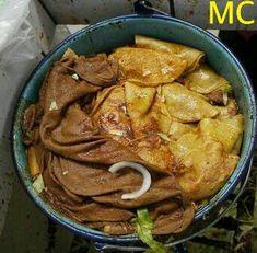 Tacos al vapor! Ingredientes 30 tortillas para tacos pequeñas (si no puedes conseguir las tortillas pequeñas, usa 15 tortillas regulares) 3 chiles anchos, remojados en agua hirviendo 1 ajo 1 rodaja de cebolla sal y pimienta  Relleno: 3 papas cocidas hechas pure 2 tomates 1/2 cebolla picada finamente 1 ajo picado finamente 1 cdta de aceite  Acompañamientos:  Salsa Roja (de tomate y chile de arbol) Cebolla en medias lunas Repollo o lechuga picadito
