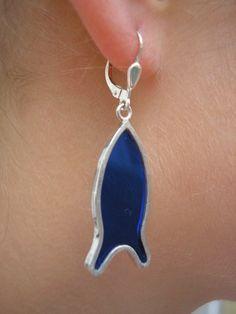 Damit ist der maritime Sommerlook komplett. Am besten kombiniert mit einem Ringelshirt und Jeans-Shorts. Ohrhänger Fisch (dunkelblau) von GoldschmiedeNorwinVitten auf DaWanda.com