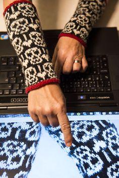 Marias garnhändelser: Älskade döskalle! Diy Knitting Mittens, Fingerless Mittens, Raven And Wolf, Wrist Warmers, Needlework, Knit Crochet, Crochet Patterns, Villa, Handmade