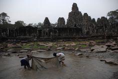 Niñas pescando en los templos de Angkor (Camboya)