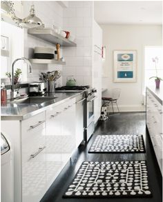 Captivating unique corner kitchen interior in white color for fashionable house magazine galley kitchen design as well as laminate floor. Design Room, Küchen Design, Home Design, Design Ideas, Design Hotel, Design Bathroom, Floor Design, Kitchen Rug, Kitchen Flooring