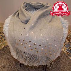 Nunca pasarás frío con esta bonita bufanda en color gris con el detalle de llevar tachuelas. Ideal para personas alérgicas a la lana #moda #bufada #lana #fashion #retro #almacoqueta #leonesp #otoño #invierno #gris #liso #tachuelas