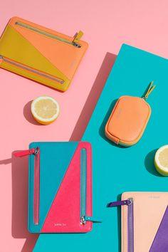 Joe: 20 accesorios para un look millennial Web Minimalista, Shooting Bags, Artistic Fashion Photography, Background Diy, Neoprene, Flatlay Styling, Instagram Blog, Rock Crafts, Knitted Bags