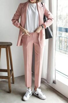 Make a pink double breasted blazer and rose pink suit pants your outfit choice if you're going for a neat, stylish look. White leather low top sneakers will add a new dimension to an otherwise classic look. Mode Outfits, Office Outfits, Fashion Outfits, Casual Outfits, Women's Casual, Smart Casual, Fasion, Sneakers Fashion, Casual Wear