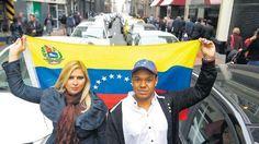 Obligados a emigrar por la severa crisis política y económica en su país, una veintena de venezolanos recibió este jueves un permiso especial para residir y trabajar en Perú, un beneficio creado por el gobierno como gesto de solidaridad con estos migrantes.</p>