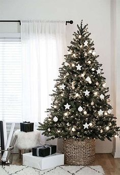 Elegant Christmas Trees, Traditional Christmas Tree, Christmas Tree Design, Gold Christmas Tree, Christmas Tree Themes, Christmas Home, Natural Christmas, Christmas Manger, Christmas Ideas