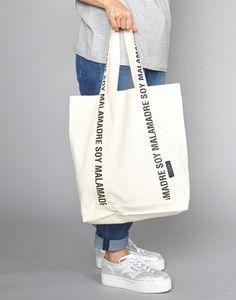 Canvas Shopper Bag, Canvas Tote Bags, Diy Bag Designs, Pochette Diy, Diy Tote Bag, Fabric Bags, Printed Bags, Handmade Bags, Cotton Tote Bags