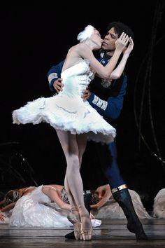 Natalia Osipova and Carlos Acosta in Swan Lake © ROH/Alice Pennefather, 2012