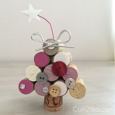 Nouveau tuto sur le blog : comment réaliser un sapin de Noël avec des bouchons de liège. Une réalisation simple avec tout le matériel à portée de mains. Wine Cork Ornaments, Wine Cork Crafts, Wine Bottle Crafts, Christmas Diy, Christmas Decorations, Christmas Ornaments, Upcycled Crafts, Diy And Crafts, Cork Art