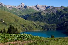 Un beau lac de montagne dans le Beaufortin, avec la Pierra Menta en toile de fond