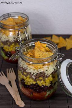 Nacho Salat im Glas Rezept Mais Bohnen Kaese Salsa mitnehmen Mittagessen einfach zubereiten Hackfleisch