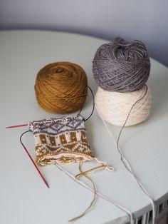 Just nu pågår vår Knit along #adventssockan och många är ni som tagit chansen att prova påtvåfärgsstickning för första gången. Idag tänkte jag (Maja) bjuda på några tekniktips, som kan … Wool Socks, Knit Mittens, Knitting Socks, Diy Crochet And Knitting, Crochet Hats, Stick O, Magic Loop, Fair Isle Knitting, Christmas Diy