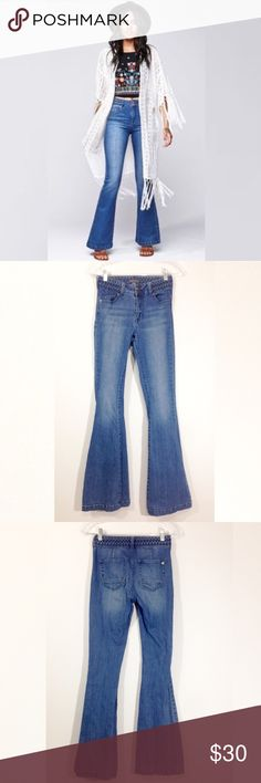 """KENDAL & KYLIE BRAIDED WAIST WIDE LEG JEANS Kendal & Kylie Collection for Pacsun Jeans Size 3 Condition: In very good condition, show signs of gentle wear and wash  Details: Braided detail around waistband Flare Leg High-Rise Cotton, Spandex Measurements:  Waist side seam to side seam: 13.5""""  Rise: 9"""" Inseam: 33"""" Leg opening: 20""""approx. Kendall & Kylie Jeans Flare & Wide Leg"""