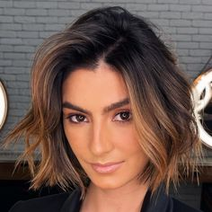 Brunette Balayage Hair Short, Brunette Hair With Highlights, Brown Hair With Caramel Highlights, Black Roots Blonde Hair, Highlights For Dark Hair, Sun Kissed Highlights, Balayage Hair Bob, Haircolor For Olive Skin, Hair Colors For Brown Skin