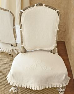 Chaise houssée de lin blanc et brodée
