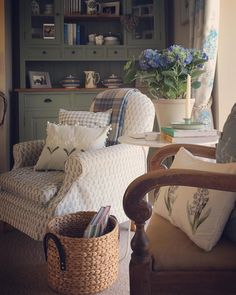 New living room cozy cottage shabby chic ideas Cottage Shabby Chic, Country Chic Cottage, Romantic Cottage, Cozy Cottage, Shabby Chic Homes, Country Decor, English Cottage Style, Romantic Beach, Romantic Homes